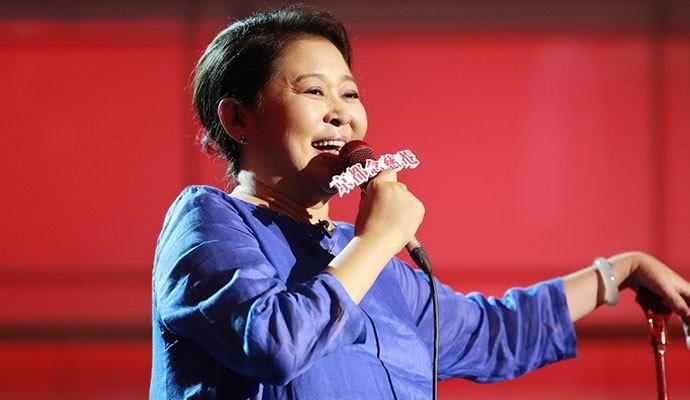 59岁倪萍现身机场,一路被搀扶尽显老态,五段坎坷情史被揭!