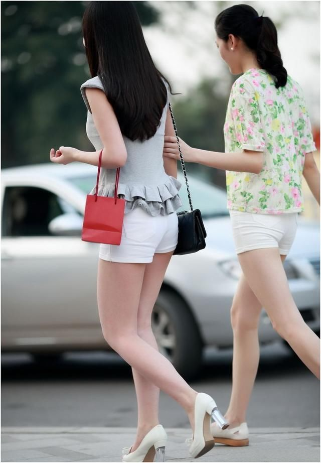 街拍:白色紧身热裤+灰色荷叶边无袖t恤的美女,微胖的女生看起来更漂亮。  现代人类作为一个视觉动物,对于美的要求越来越严苛。热裤作为进化产物,在这高度开放的时代,大行其道,女生的必备单品。只有短裤才能解放美腿,吸引住男生,小个子女生也可以挑选适合的提高腰线,造就大长腿。当然不同类型短裤,搭配效果是不一样的,如果你还没有这样的短裤,那就要赶紧了。  这样的紧身热裤很多种方式的搭配,妹子们可以下面穿一个热裤,然后上面搭配紧身的T恤,或者是那种宽松的T恤和露肚脐的衣衫都是可以的,穿美女这样的高跟鞋或者运动型