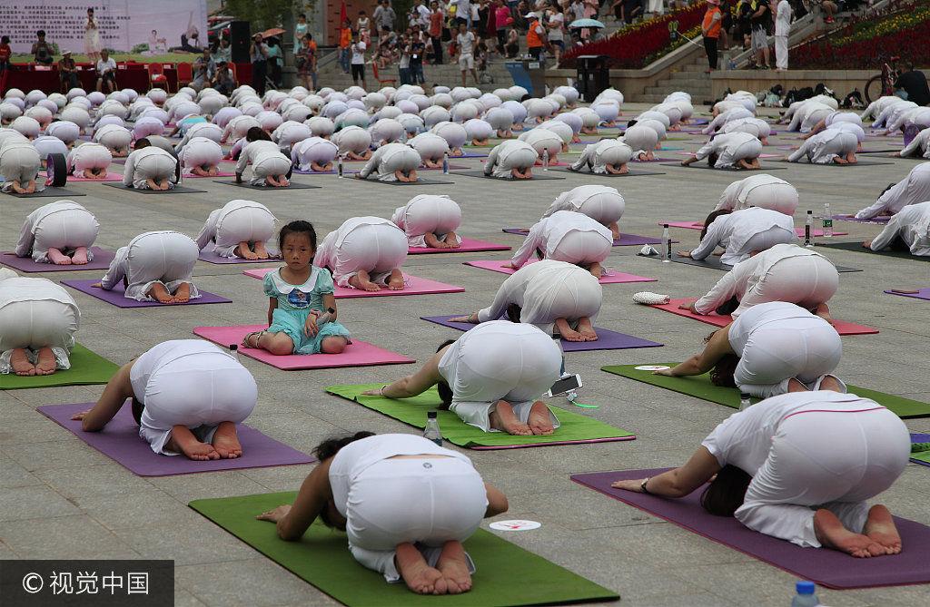 2017年6月24日,湖南永州市東山廣場,千余名瑜伽愛好者集體練習瑜伽.圖片