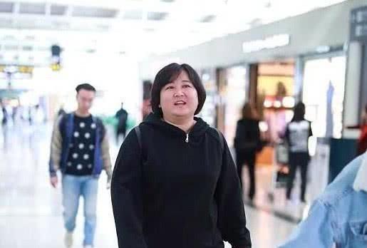 贾玲这是怎么了,现身机场毫无血色有气无力,礼貌微笑让人心疼