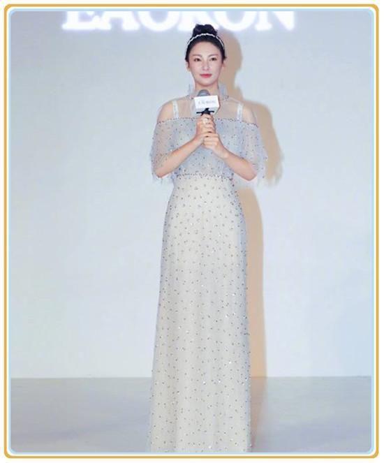 张雨绮在《美人鱼》电影中饰演风情万种的女二,她火爆的身材成为整个电影最大的亮点。近日,张雨绮亮相某活动,一身穿搭撞上了谢娜,这二人之间的撞衫,究竟谁更胜一筹呢?  张雨绮身着一袭白色透视礼服亮相,裙子的高腰设计提高了腰线,显得她的身材比例十分的完美。  裙子上点缀着银色的亮片,衬托她的气质十分高贵。肩头的透视设计,露出她的小香肩,非常性感。  礼服的剪裁非常合身,勾勒出她凹凸有致的身材曲线。张雨绮一直以来穿着比较豪放,穿上这件小礼服,给人一股禁欲的美感。  扎着高高的丸子头,露出完美的脸部轮廓,五官美的很
