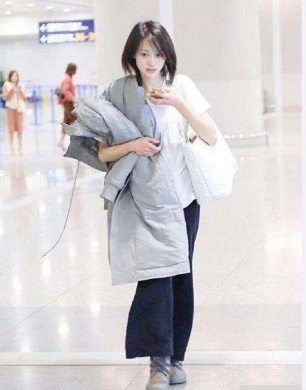 郑爽的白T恤配运动裤和小白鞋插图(2)