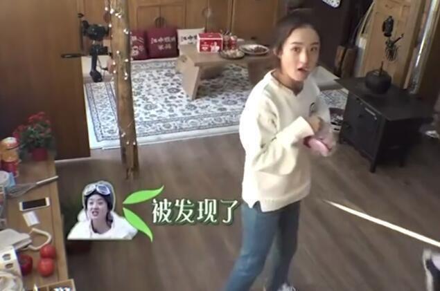 赵丽颖拿西红柿边吃边逗小狗 谢娜:你在哪又弄了个西红柿吃啊