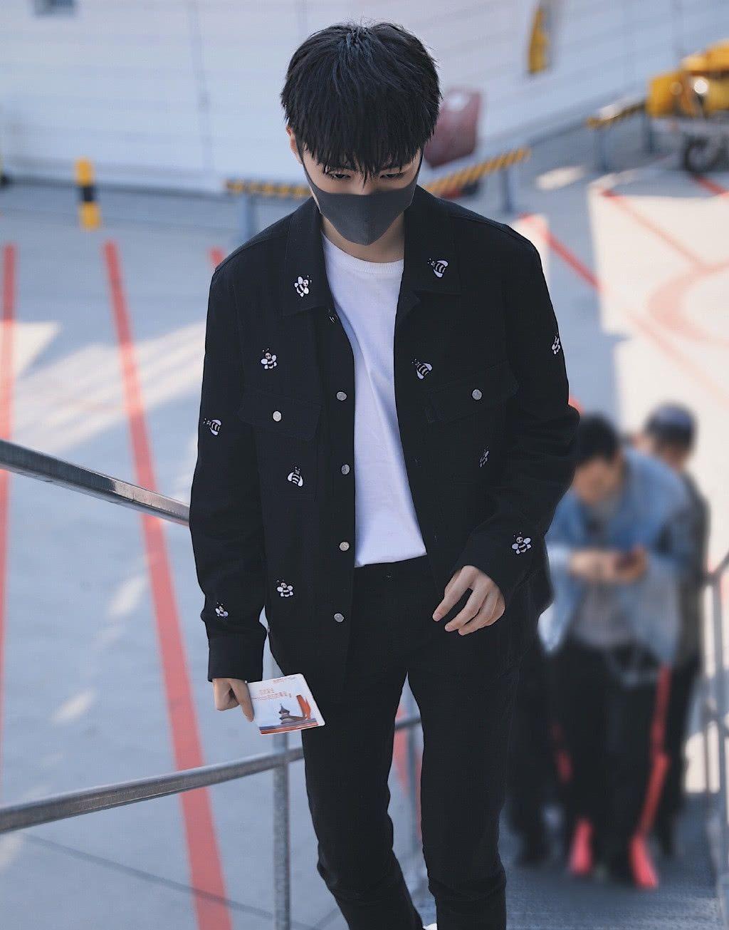 久违的机场秀来了!王俊凯顶着新发型,拖着超大行李箱,有范儿