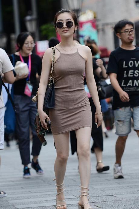 街拍:轻熟气息的小姐姐,这裙子穿的魅力无法抵挡!