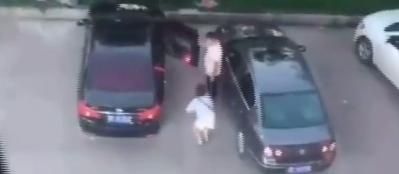 15秒的偷拍视频火了!男子当街暴打前女友:狠狠连踹头部3脚!