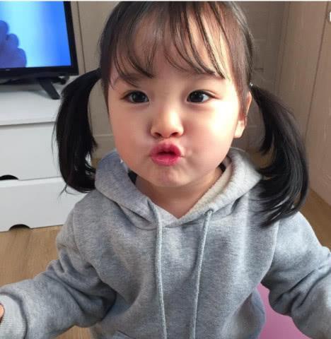 发现高频率的出现了一个又漂亮又可爱的 小女孩表情包呢,或者有人也会