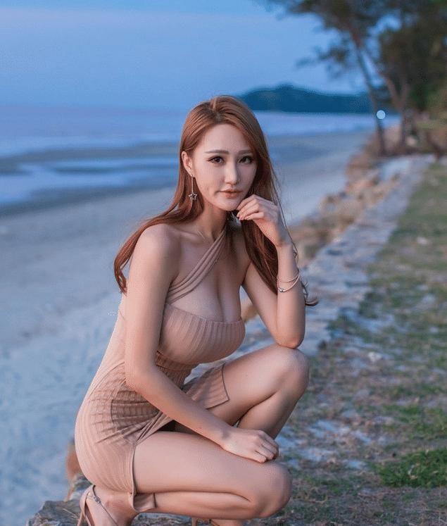 海边摆拍的美女,最好蹲姿还是看于吸血鬼美女图片