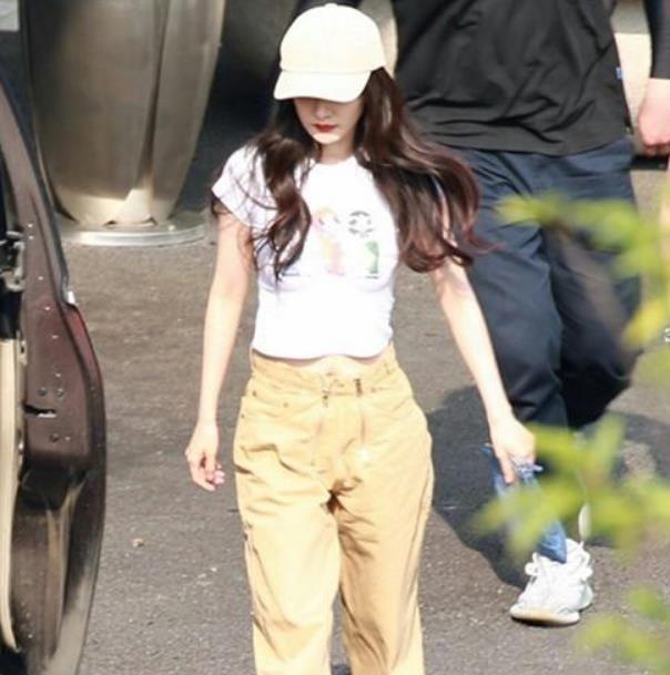 杨幂又秀蚂蚁腰,短款上衣搭配高腰裤。显瘦又少女