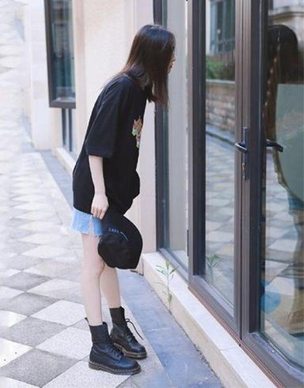 郑爽素颜出镜大秀渔夫腿,漫画黑帽配印花T恤,侦探漫画柯南1名图片