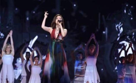 时尚 正文  在跨年演唱会上,邓紫棋再次唱起了她的成名曲《泡沫》图片