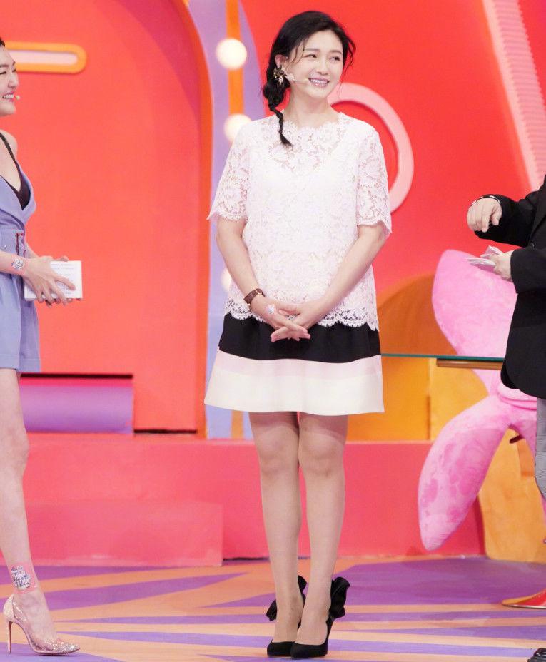 大S当妈后真保守,蕾丝裙都能穿得像大妈,这才有当妈后的样子!