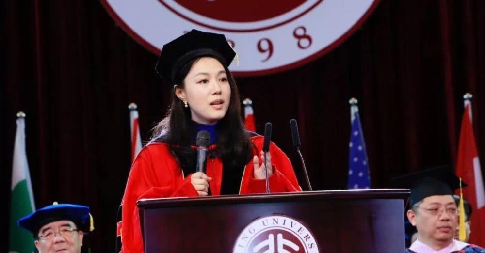 """她在美国留学后回北大当教授,颜值颇高,学生眼里的""""女神"""""""