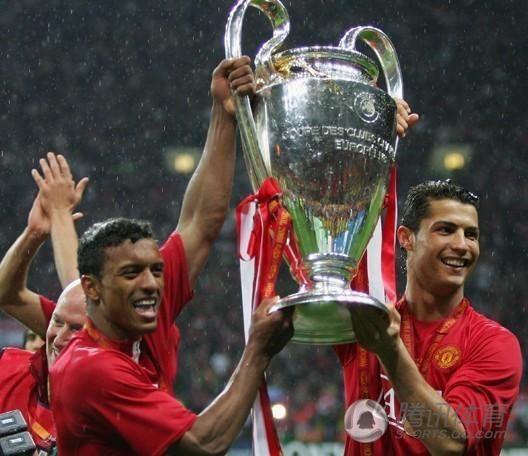 继续留在曼联,并且帮助球队夺得英超三连冠,但在欧冠决赛输给巴萨后图片
