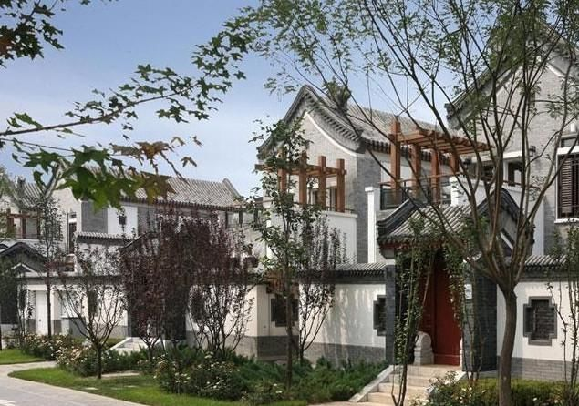 这个别墅区位于北京的东北五环外,别墅区大部分都是在城郊,此位置远离