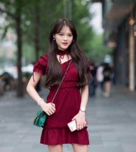 街拍:芳菲妩媚的美女,一条红色连衣裙,时尚优雅女神气质