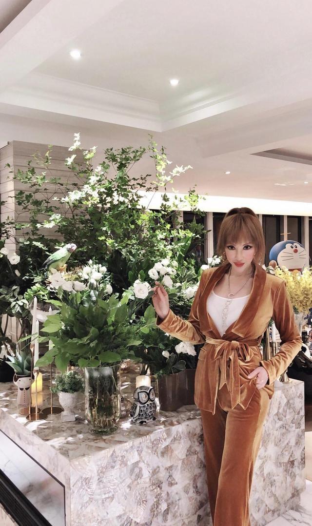 """一代香港名媛,如今变""""蛇精脸芭比"""",不畏争议秀时尚魅力"""