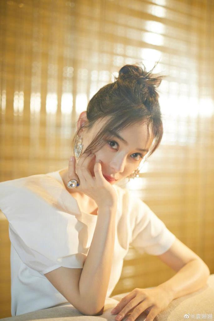 袁姗姗丸子头造型减龄又可爱,白衣黑裙展现曼妙身姿
