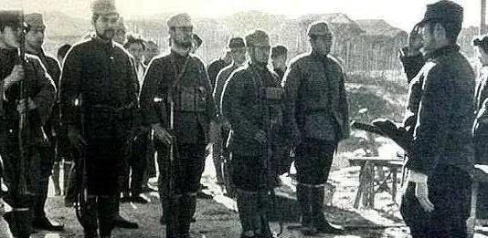 妻子被日军羞辱而死,他活捉了日军军官后,当着他的面以牙还牙