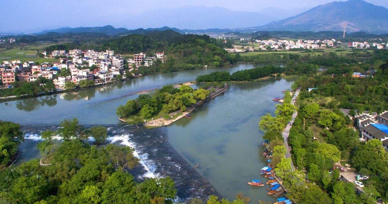 灵渠,又名湘桂运河、兴安运河,俗称为陡河,位于广西桂林市兴安县境内,是世界上最古老的运河之一,是目前所知世界上最古老的盘山渠道,也是中国古代著名的水利工程。它开凿于秦代,沟通长江水系的湘江和珠江水系的漓江,自古以来是岭南地区与中原地区之间的水路交通要道。