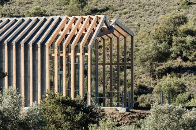 外立面木结构的夹缝间由木板加以防水涂层覆盖,而末端缝隙则采用石板