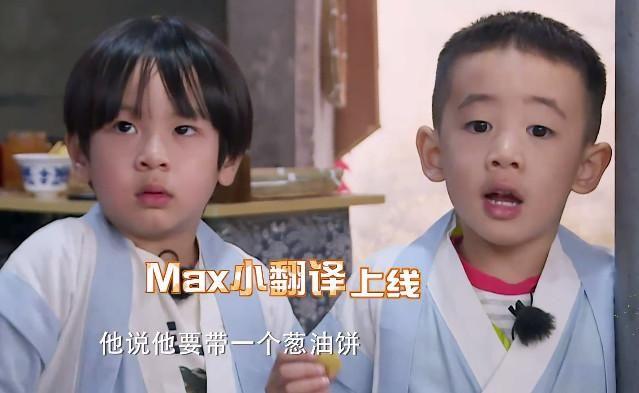 前几天网上爆出Jasper上的幼儿园一年学费13万,很多人说是天价,但看看这成果,小小年纪中文英文无缝切换,面对Max的英文,沙溢一头雾水,而Jasper瞬间就充当了小翻译。不止萌,不止甜,学霸属性也是时刻在线。但这个迷人的小家伙,真正魅力展示是在拿上麦克风的那一刻。