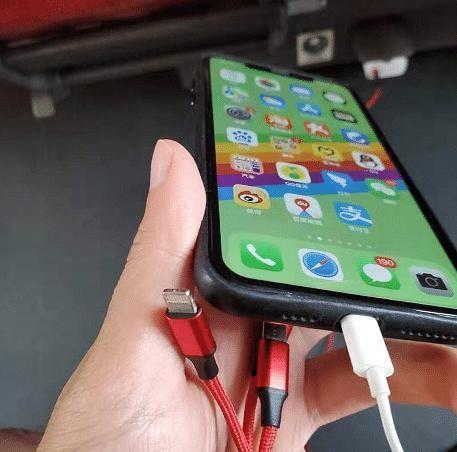 """手机充电器""""彻夜不拔"""", 对电池的损害你知道多少?"""