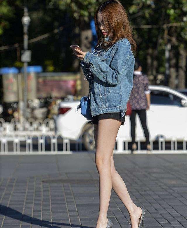 街拍:不会穿搭都不敢出去逛街了,街上穿着美丽的小姐姐