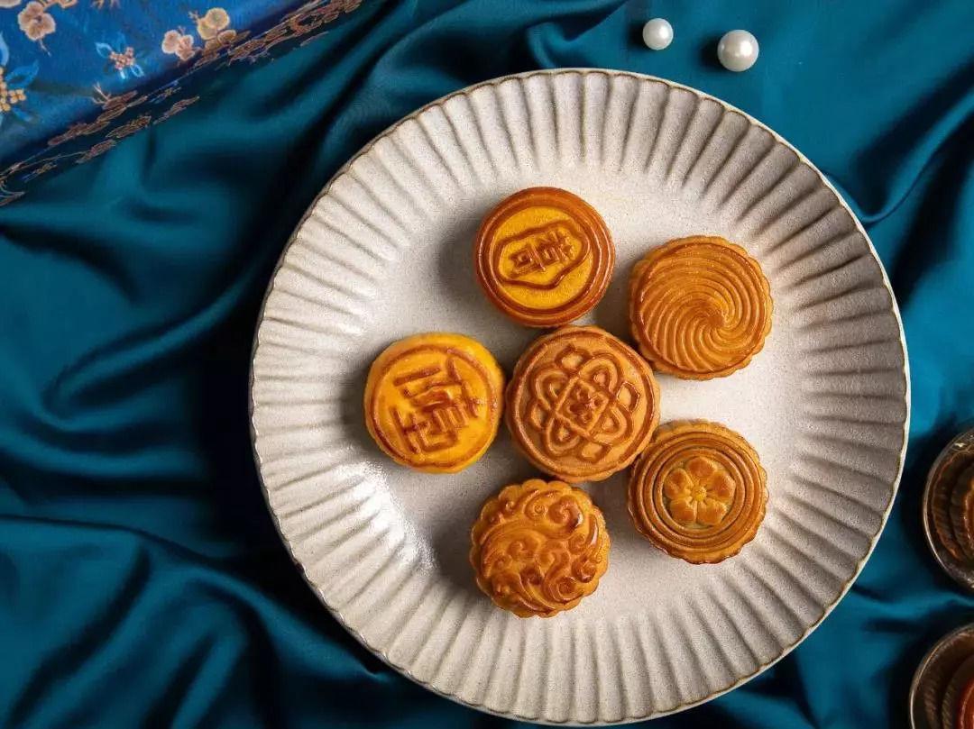 月饼圆,合家吃,象征团圆和睦,寓意美好.
