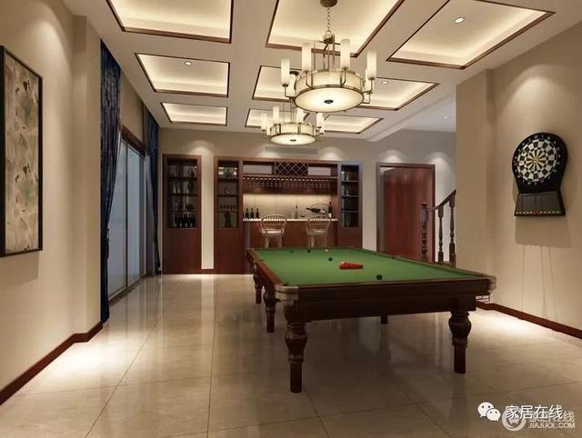 休闲室兼具着游戏室的功能,驼色漆粉刷的墙面与矩形吊顶内的灯带共塑