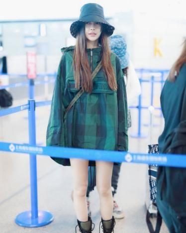 Baby大方现身机场,身穿绿色斗篷大秀长腿,网友:机场最靓明星