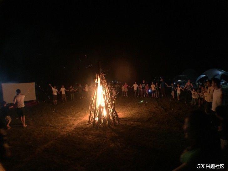 大人小孩手牵手,围着篝火跳舞了.