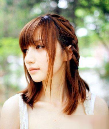 女生无刘海烫齐肩发的发型,将耳尖上的头发顺着脖颈梳成空气感的烫发图片