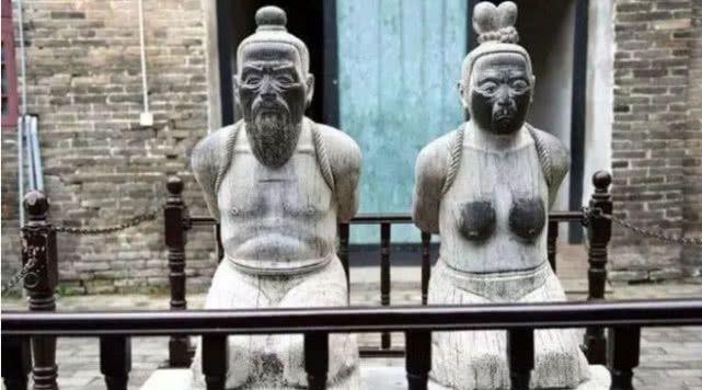 跪在秦桧旁边的雕像,胸都被游客抹黑了,他的后代看不下去了!