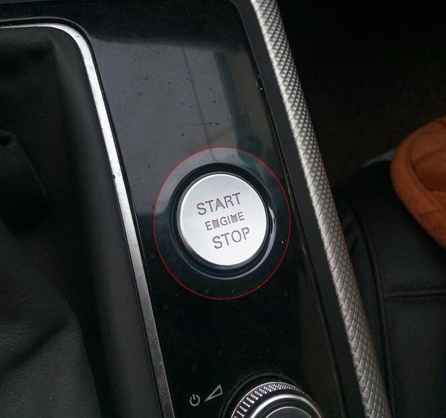 方向盘车标很明显非常新,气囊爆炸以后更换的新盖板.