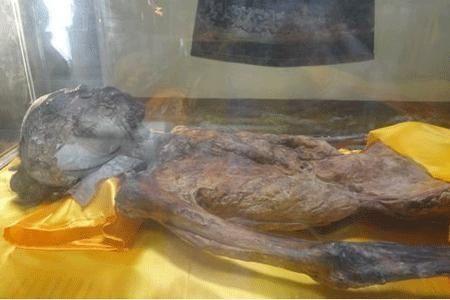 北京工地发现一具穿着龙袍的干尸 手里拿着皇族至宝