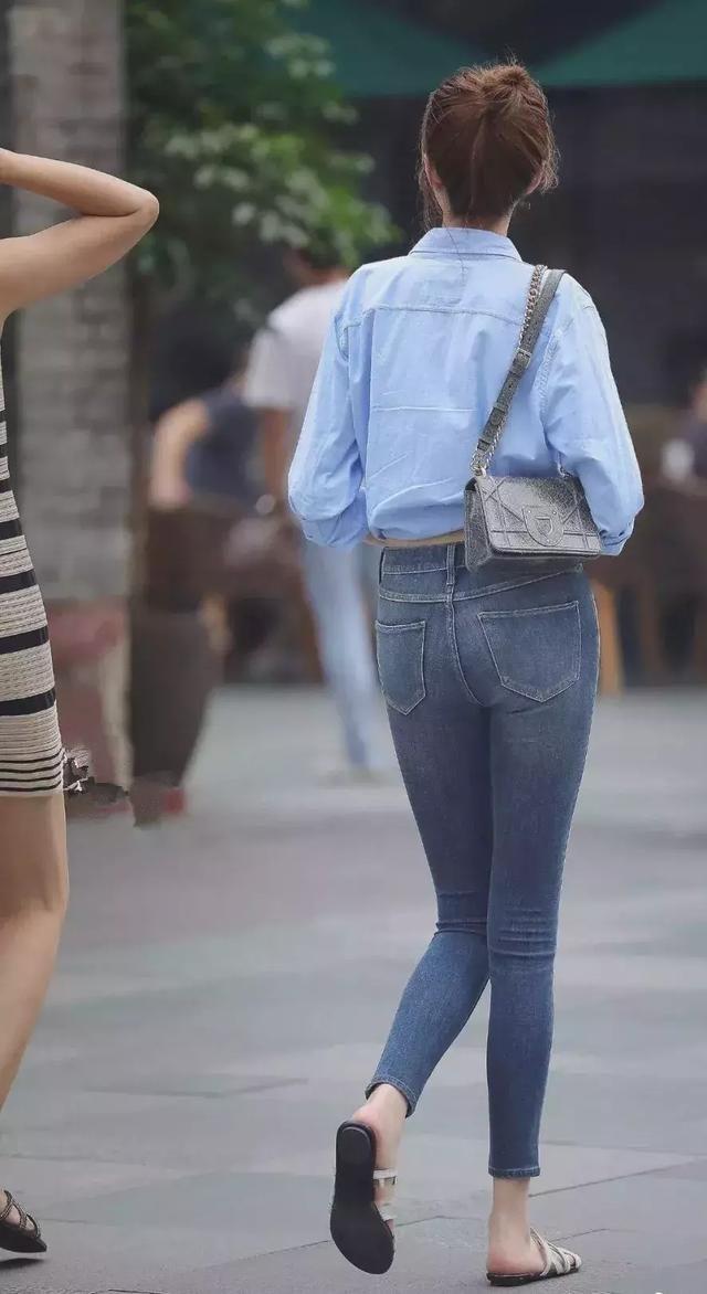 灰色吊带针织背心搭配深色牛仔裤,温婉大方很是淑女
