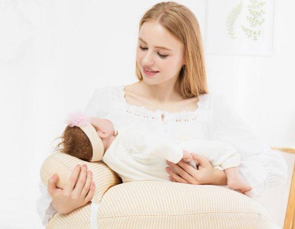 <b>宝妈开奶迟  宝宝第一餐可用小勺喂奶</b>