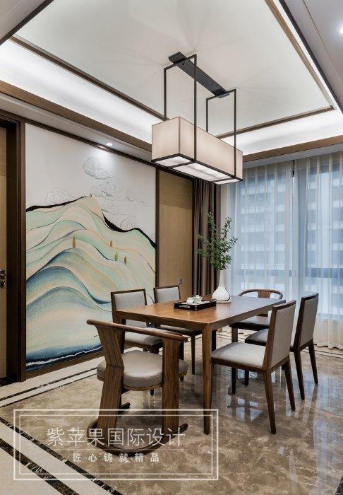 用手绘墙纸作为餐厅的背景墙,选取的画面也是有禅意的山水画,是餐厅的