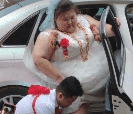 <b>新郎结婚当天直接累垮,看到新娘的模样,网友:心疼新郎一万年!</b>