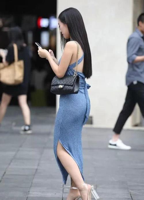 """有一种""""海水蓝绑带裙""""火了,开叉设计尽显大长腿,优雅气质十足插图"""