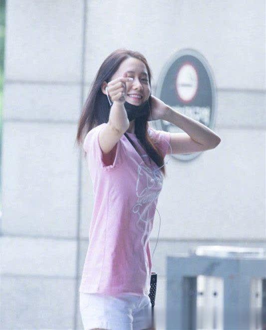 林允儿晒自拍,吐舌卖萌超可爱,网友:这白色t恤穿着美回18岁!