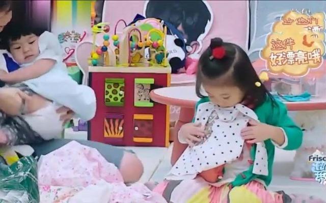 《妈妈是超人3》波妞化身可爱小公主,与咘咘分享好看的衣服!