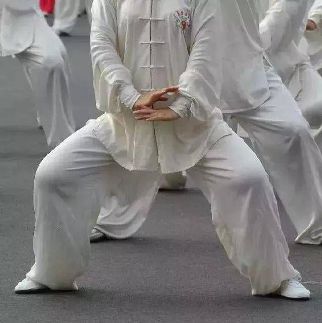 练太极拳怎样开胯和松胯? 1、开胯练习 开胯对学习太极拳是至关重要的,胯开、松的程度对今后太极拳动作的规范和发劲都起到很关键的作用。 方法  坐 两脚脚心相对,两肘成90度,两手掌心按在两个膝盖上,盘地而坐。丹田呼吸三次。 抬膝 全身放松,丹田吸气。随着吸气两膝盖略上抬。 按膝 全身放松,丹田呼气,随着呼气两手往下按两个膝盖,使膝盖、两腿外侧贴到地面。这样一吸一呼,一按一抬连续练习,几天即可彻底开胯。随着胯开得程度,下按两膝贴地静止的时间逐渐加长,达到三分钟以上为佳。 2、松胯练习 我们学练太极拳双