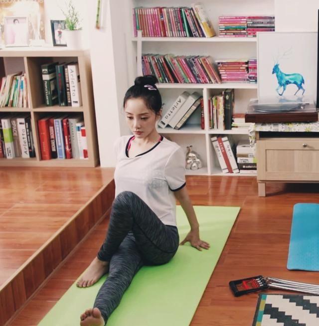 粉丝曝李小璐瑜伽健身照,身材凹凸有致,面部状态好似18岁