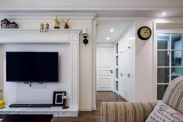 客厅窗户设计师做成飘窗款式,弥补客厅收纳不足的缺点.
