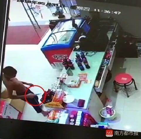 东莞光膀男去便利店偷情趣用品,事后被店内监情趣内衣半老徐娘图片