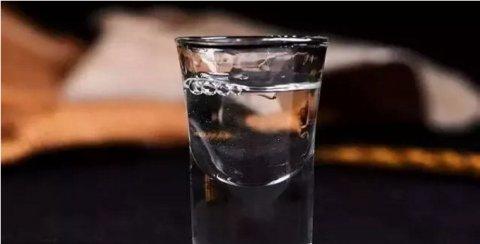 白酒品鉴秘籍:观色识酒,让你一眼就能识别好酒