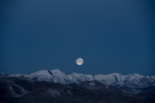 月出》:月夜下的思念你可知?