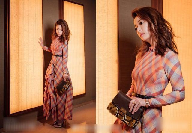 照片中的林心如,一袭条纹交错的束腰长裙,层次分明的裙摆时尚感十足.图片